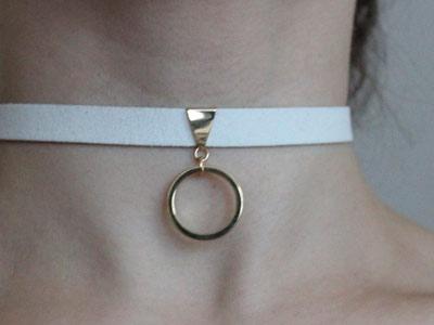 Чокер белый с большим золотистым кольцом