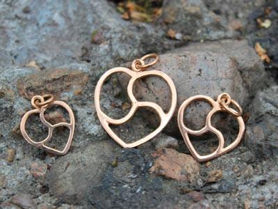 Кулоны «Трискель в сердце» с позолотой