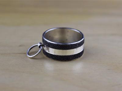 Кольцо «Ring of O» серебряное с черной текстурой