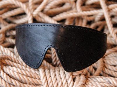 Черная маска кожаная с прошивкой