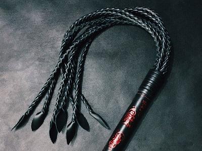 Кошка 9 хвостов красные узоры на черном