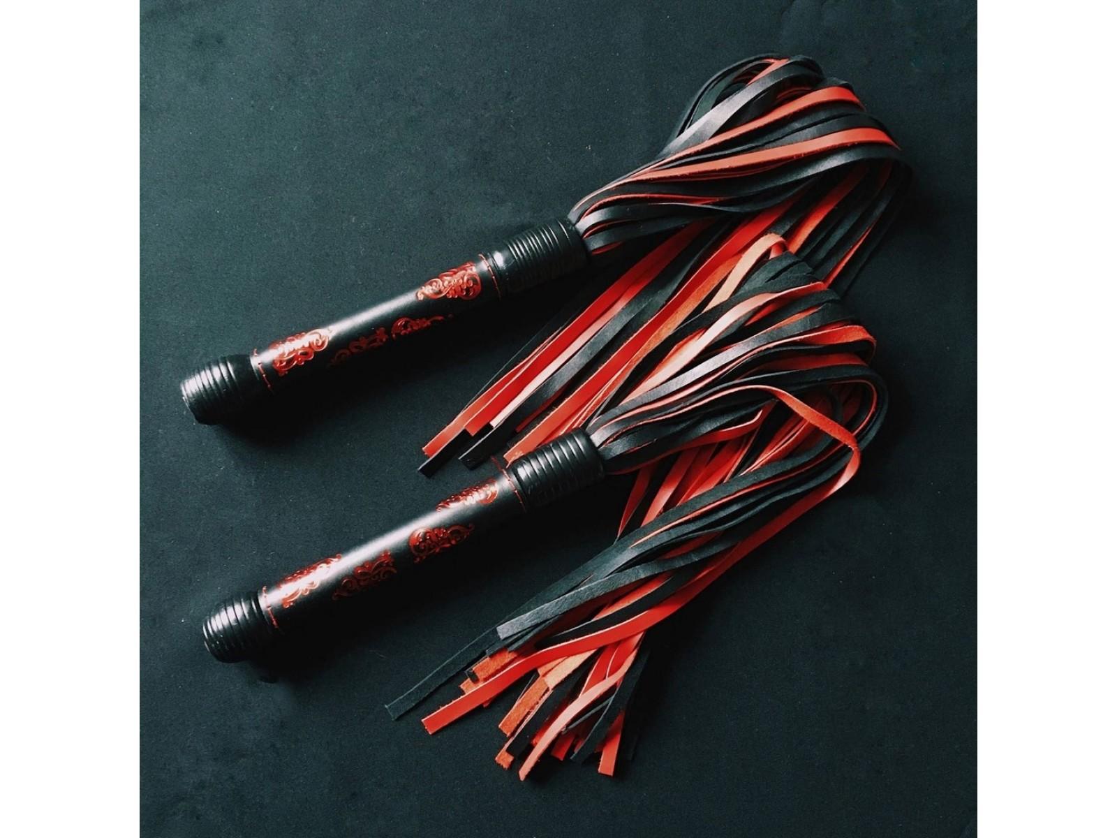 Флоггер 35 хвостов красные узоры на черном